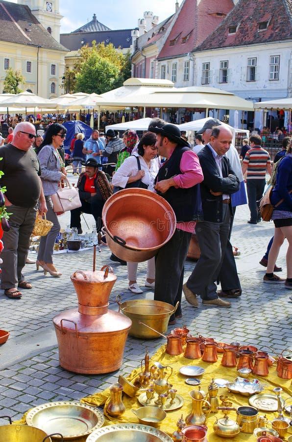 Cygański sprzedawanie one towary na Małym kwadracie Sibiu obraz royalty free