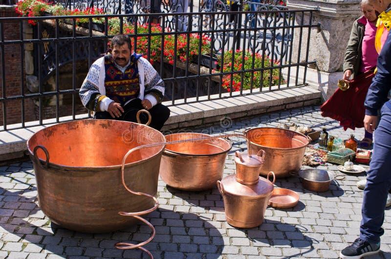 Cygański sprzedawanie one towary na Małym kwadracie Sibiu fotografia stock