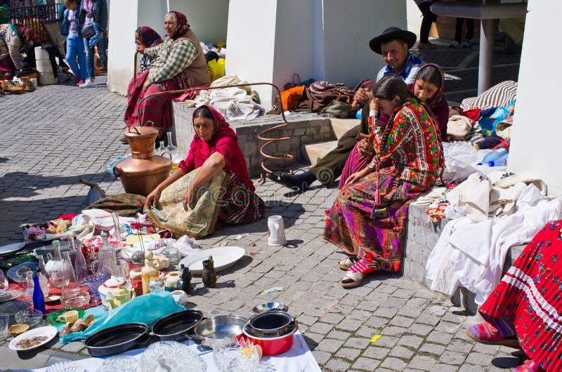 Cygański sprzedawanie one towary na Małym kwadracie Sibiu obrazy royalty free
