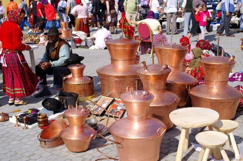 Cygański sprzedawanie one towary na Małym kwadracie Sibiu obraz stock