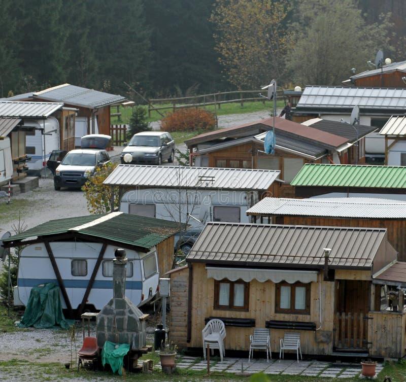 Cyganu gypsy obóz blisko lasu zdjęcia royalty free
