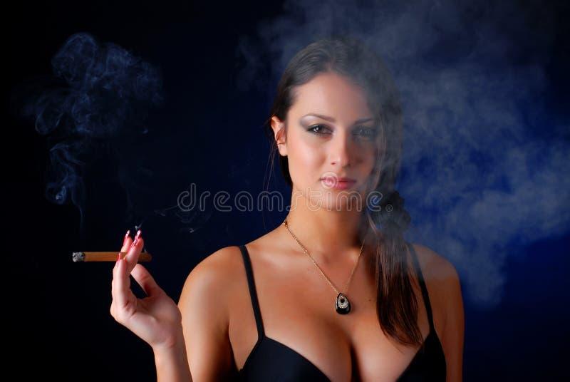 cygarowa kobieta obraz stock