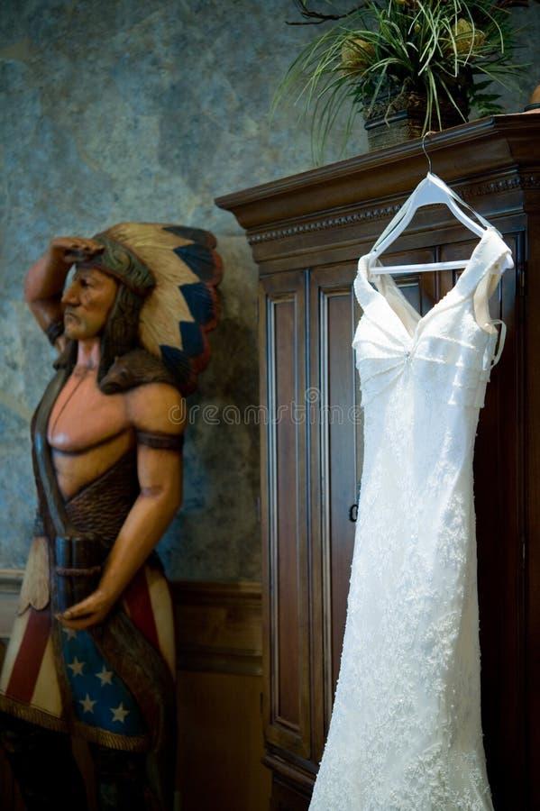 cygarowej suknie spotykanie się z dokładnością do indyjski ślub zdjęcia stock