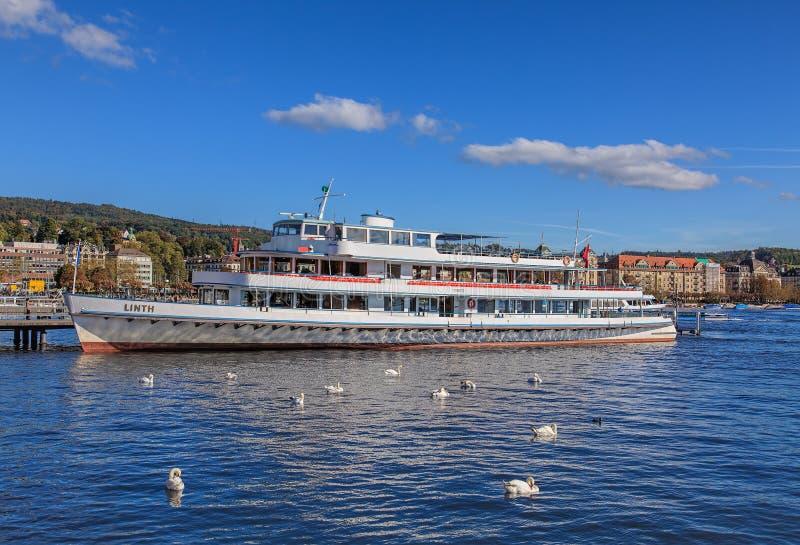 Cygnes et milliseconde Linth à un pilier sur le lac Zurich photos stock