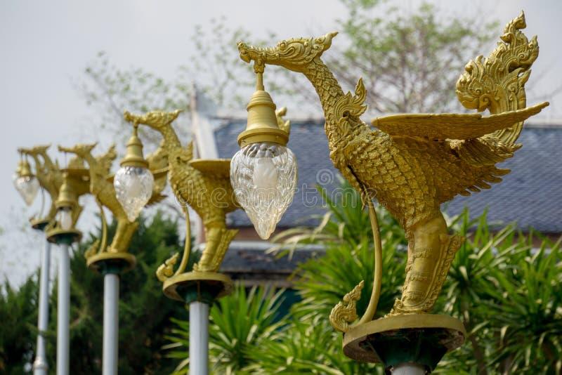 Cygnes thaïlandais de littérature de bâti en bronze portant la lanterne en forme de cloche de l'électricité peinte avec la couleu image libre de droits