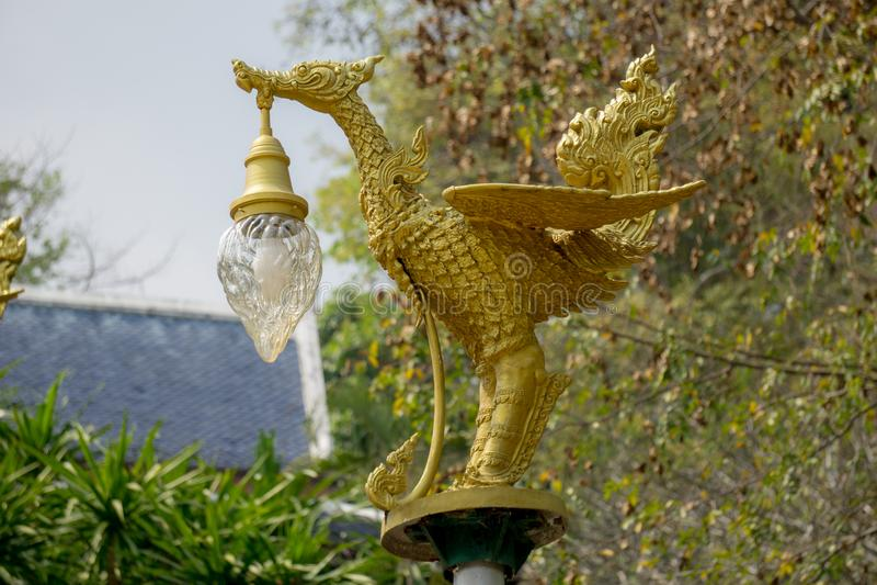Cygnes thaïlandais de littérature de bâti en bronze portant la lanterne en forme de cloche de l'électricité peinte avec la couleu image stock