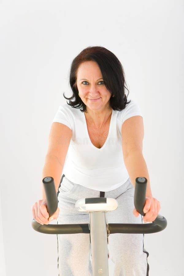 cykelövningskvinna royaltyfri foto
