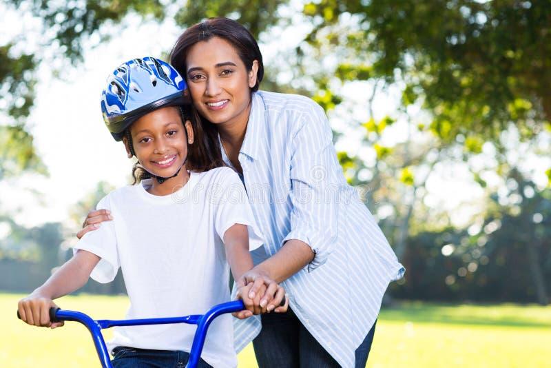 Cykel för moderundervisningdotter royaltyfri foto