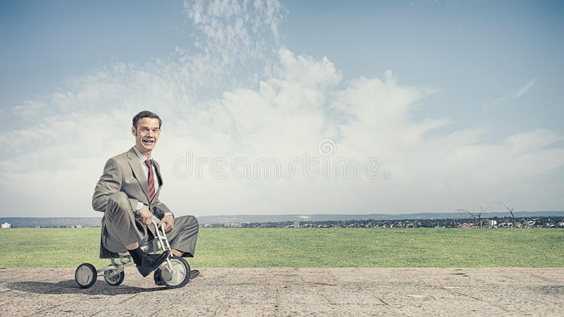 Cykel för ridning för affärsman royaltyfri bild