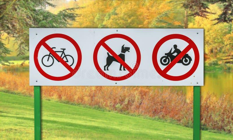 Cykel, hund och motorcykel förbjudit tecken arkivfoton