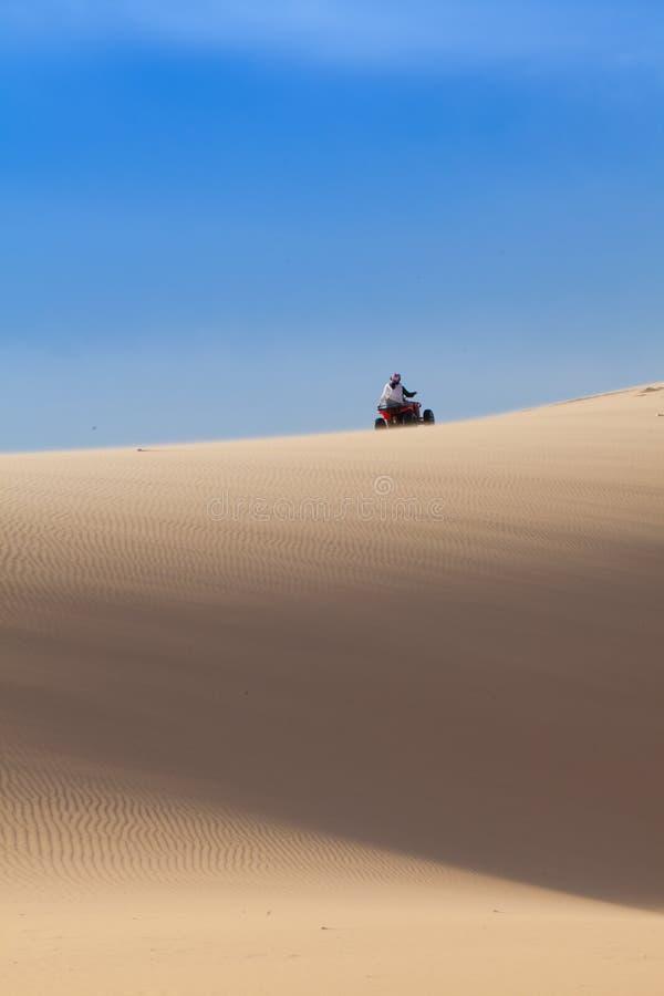 Cykel i öken fotografering för bildbyråer