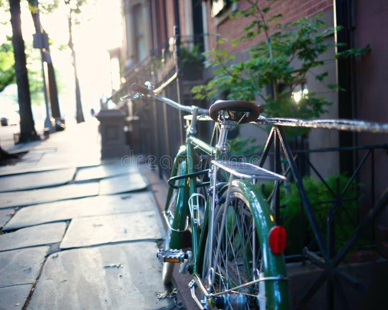 Cykel i ett staket royaltyfri foto