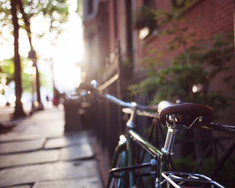 Cykel i ett staket royaltyfria bilder