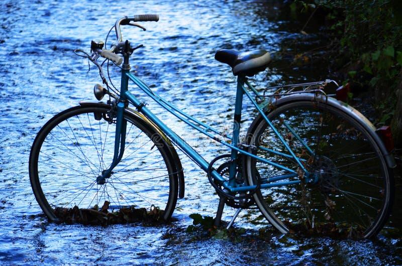 Cykel i floden arkivbilder