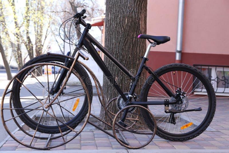 Cykel i parkeringsplats royaltyfri foto