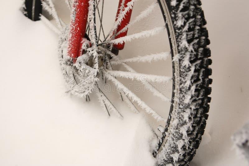 Cykel i snön arkivbilder