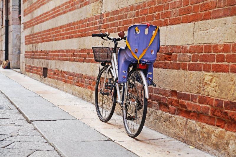 Cykel med en barnplats royaltyfri fotografi