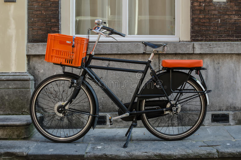 Cykel med orange brytningar fotografering för bildbyråer