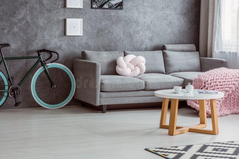 Cykel och enkel soffa arkivfoton