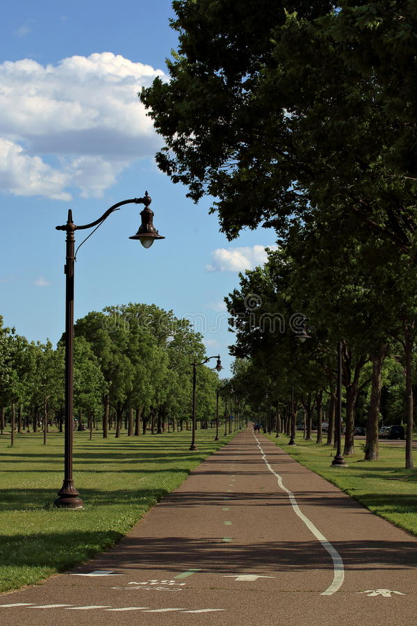 Cykel och gåbana i Victory Memorial Park royaltyfria bilder
