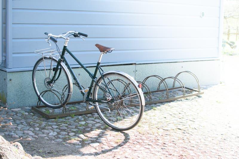 Cykel på bakgrund av huset royaltyfri bild