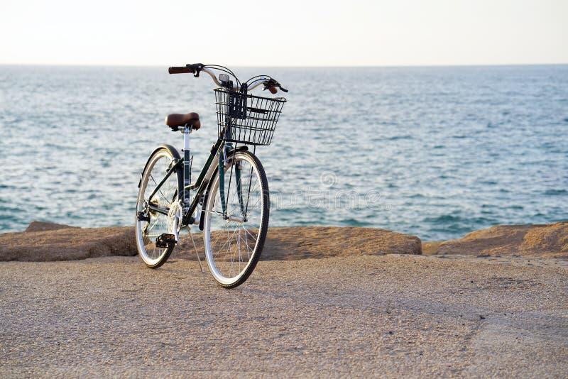 Cykel på bakgrunden av havet arkivfoton