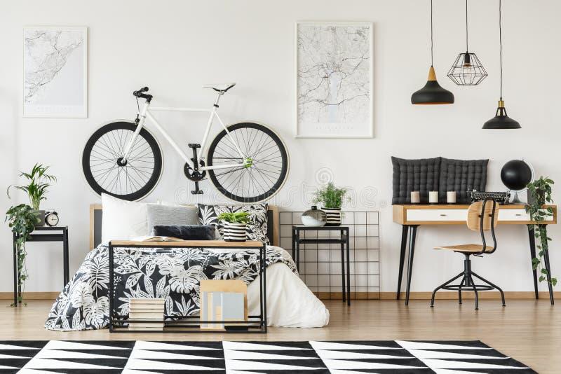 Cykel på bedhead arkivbild