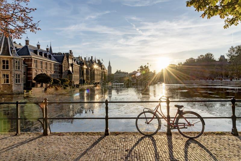 Cykel på den holländska parlamentet och regeringen royaltyfri bild