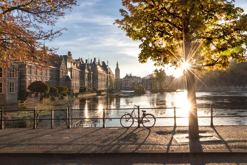 Cykel på den holländska parlamentet och regeringen arkivbilder