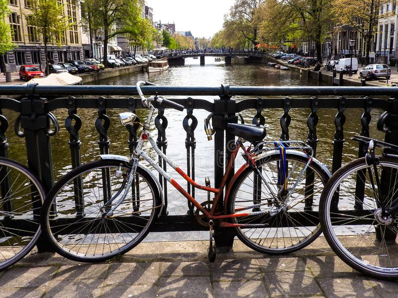 Cykel på en kanal i Amsterdam arkivfoton