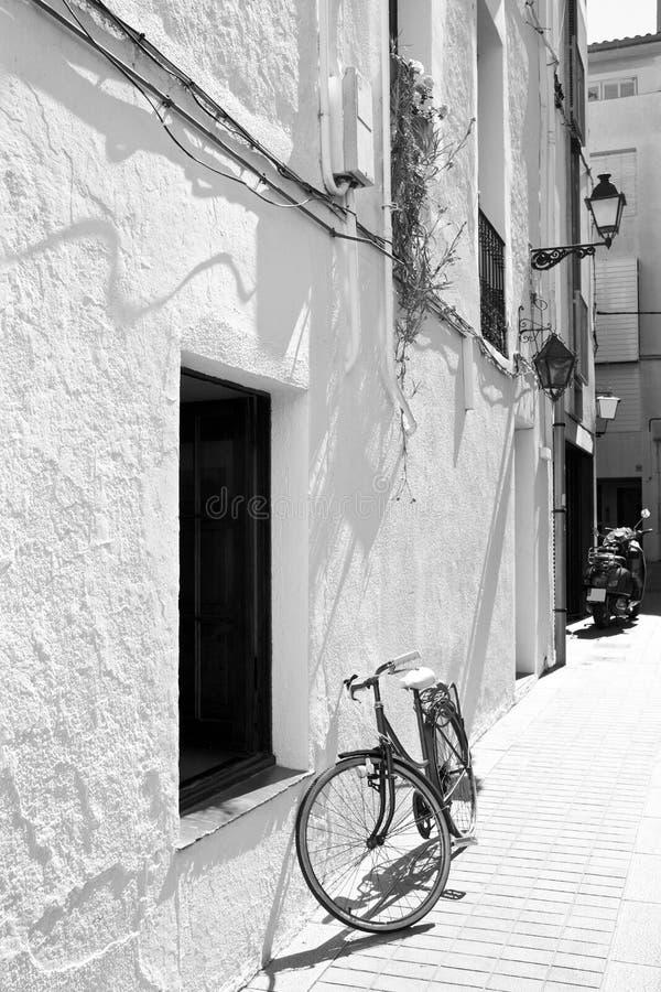 Cykel på en vit vägg arkivbilder