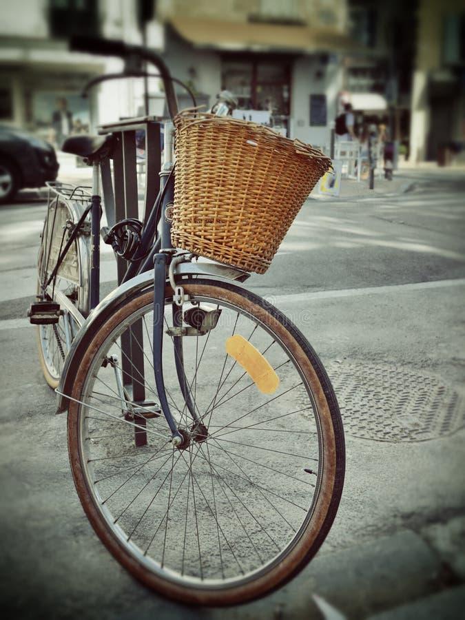 Cykel på gatan i Provence royaltyfria bilder