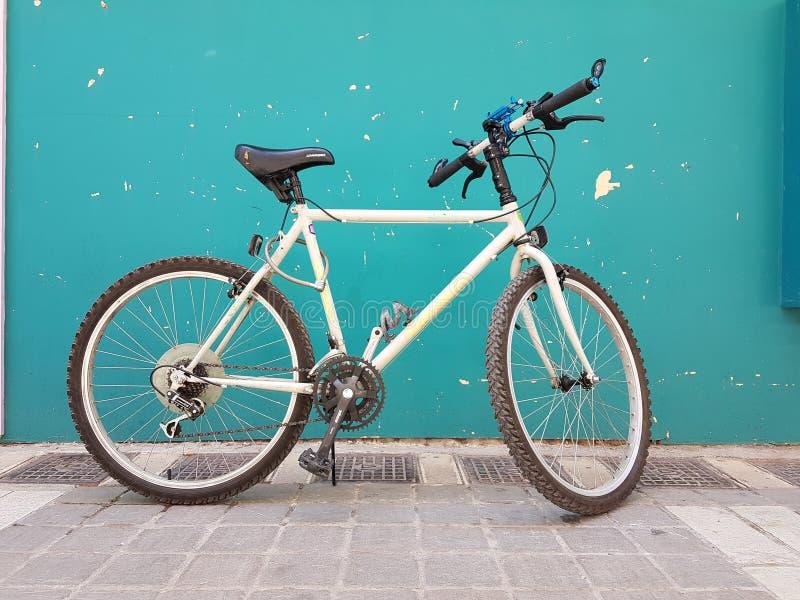 cykel på grön väggfot royaltyfri bild