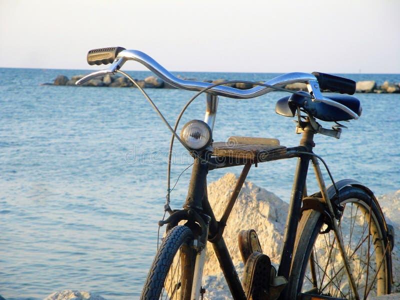 Cykel på havet royaltyfri foto