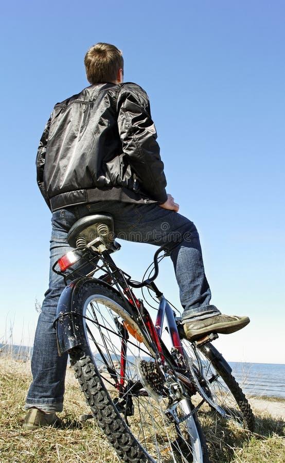 Cykel på havet royaltyfri bild