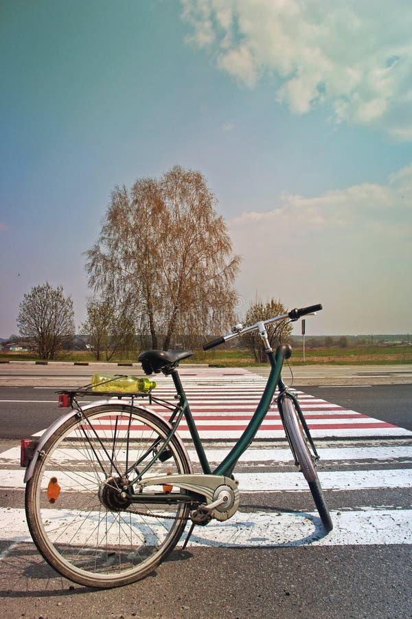 Cykel på vägen mot den härliga himlen fotografering för bildbyråer