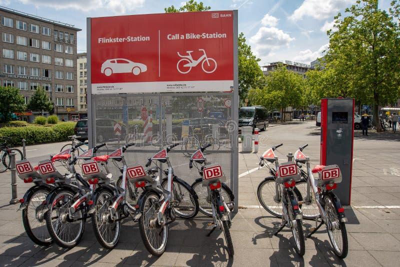 Cykel som delar stationen i Frankurt-strömförsörjning arkivfoton