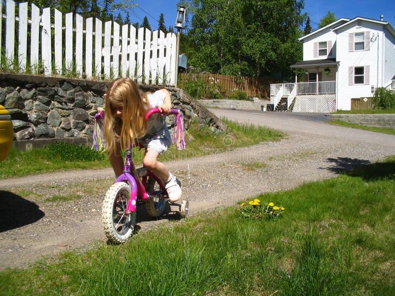 cykel som lärer ritt till fotografering för bildbyråer