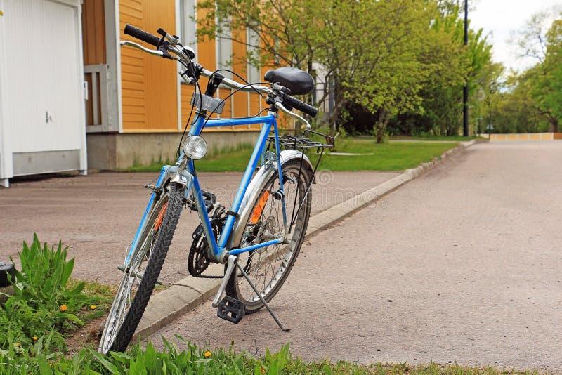 Cykel som parkeras på gatan royaltyfria bilder