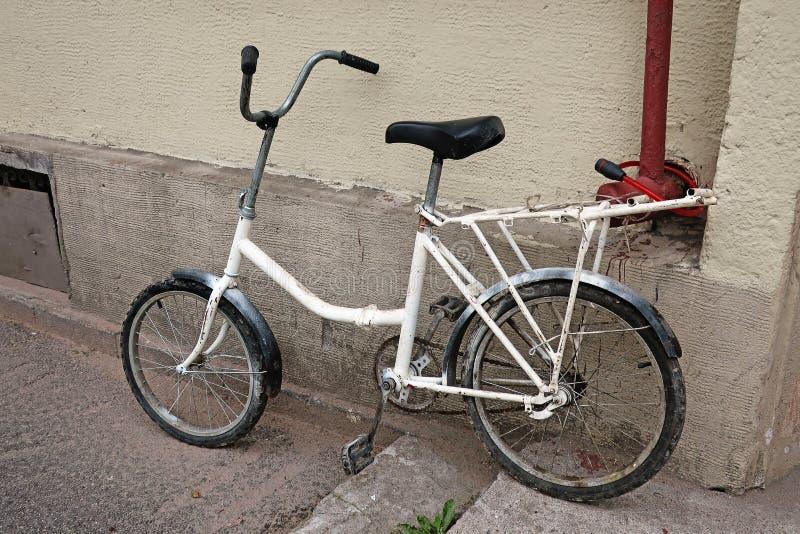 Cykel som parkeras på momenten royaltyfri bild