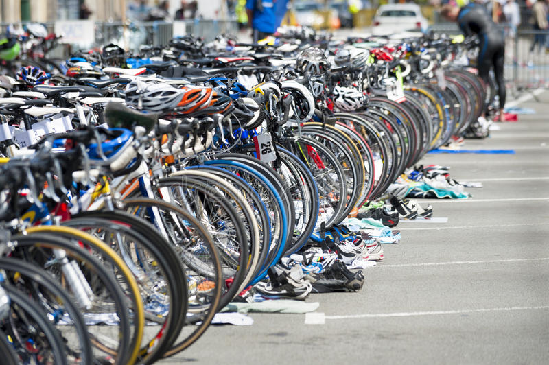 Cykel som väntar på triathlonen fotografering för bildbyråer