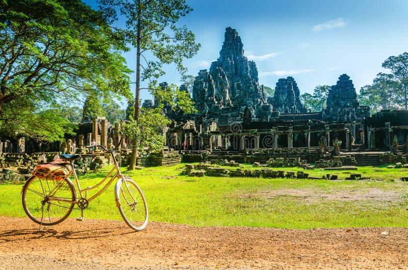 Cykel turist- besöka Angkor Thom, Cambodja royaltyfria bilder