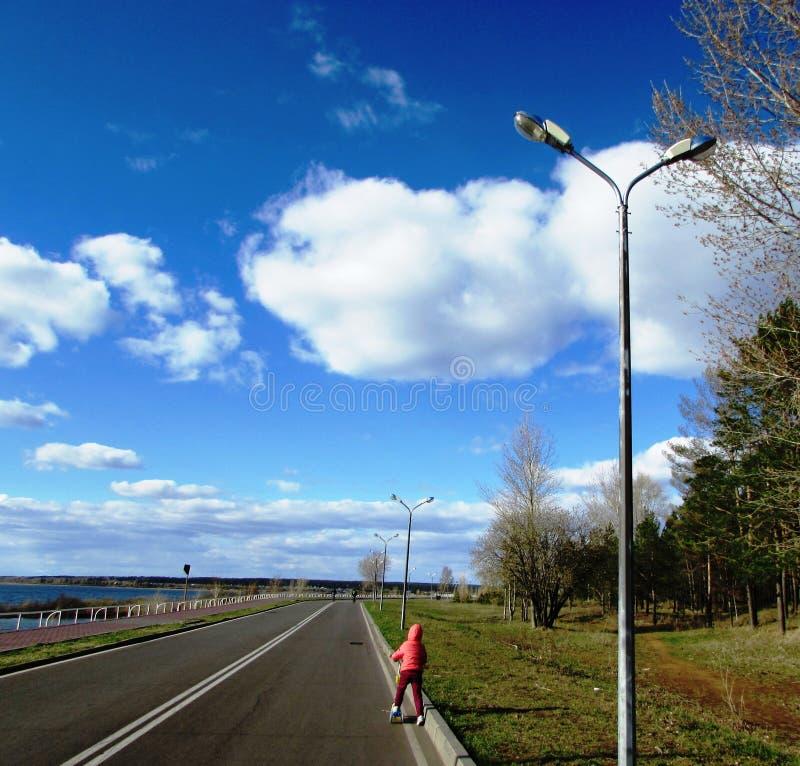 Cykelbana längs flodinvallningen arkivbild