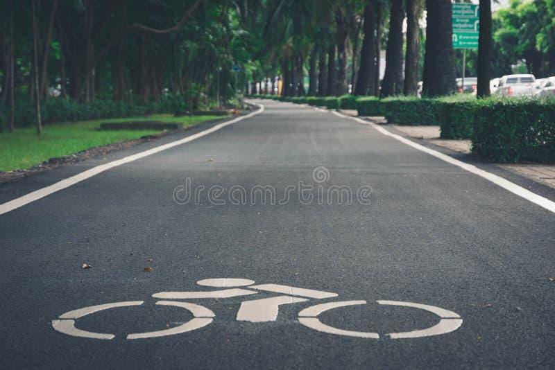 Cykelbanatecken på stad royaltyfri fotografi