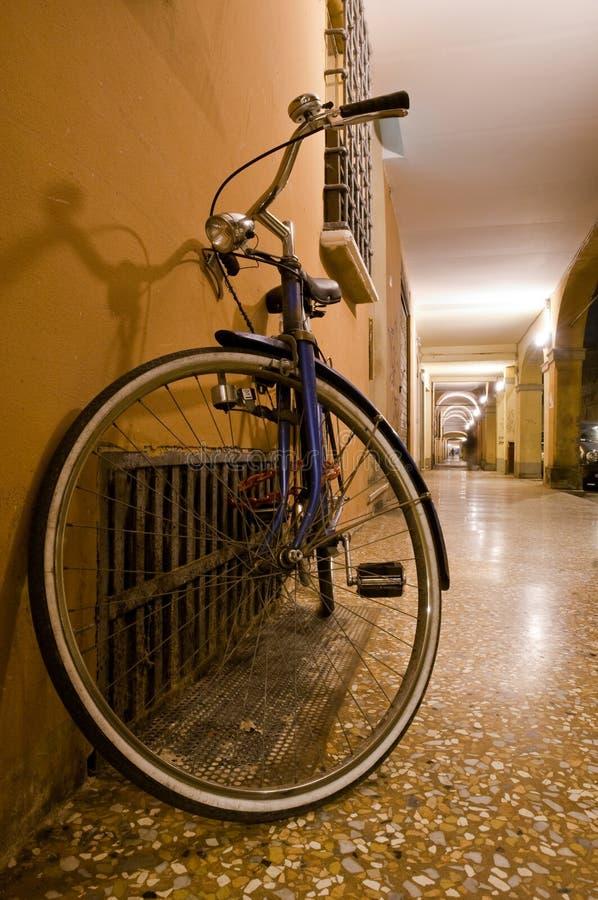 Cykelbenägenhet mot väggen royaltyfri foto