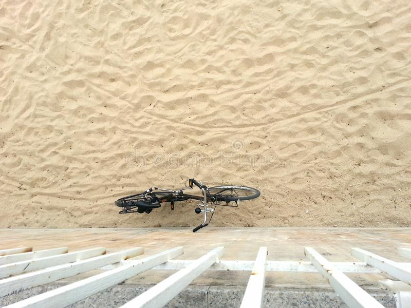 Cykelbenägenhet på strandväggen royaltyfri fotografi