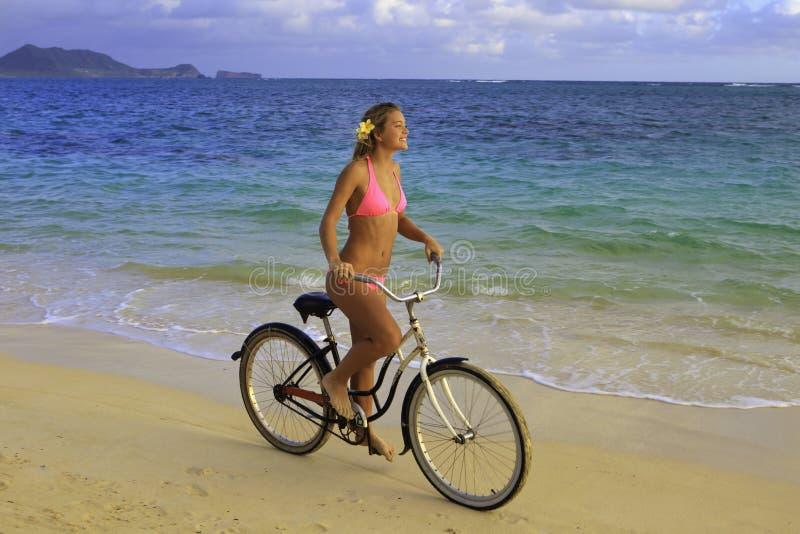 cykelbikiniflicka henne rosa ridning royaltyfri foto