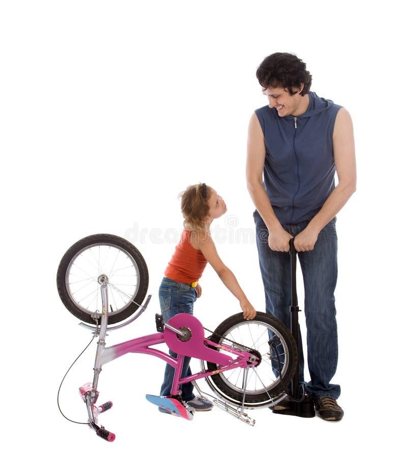 cykeldotterfadern inflate hjulet royaltyfri fotografi