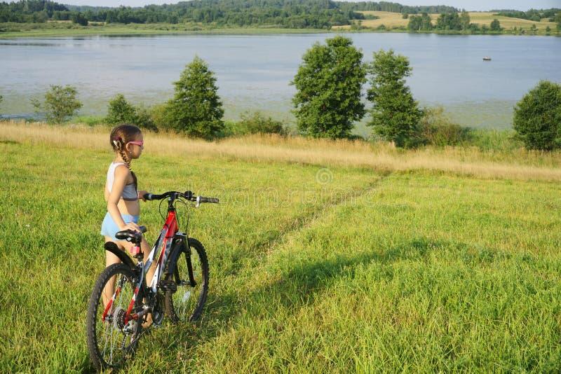 cykelfältflicka little royaltyfria bilder