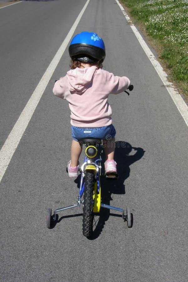 cykelflicka som lärer ritt till arkivbild